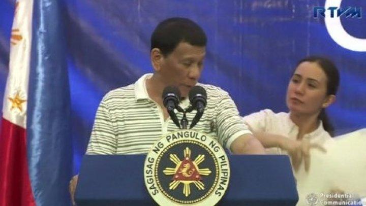 Таракан чуть не сорвал речь президента Филиппин