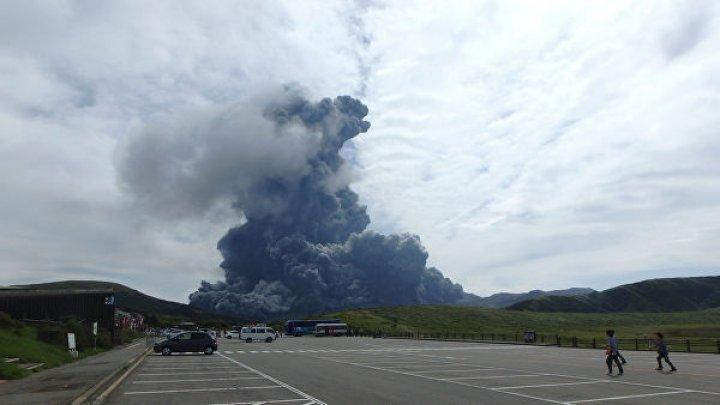 В Японии вулкан выбросил столб пепла на высоту 600 метров