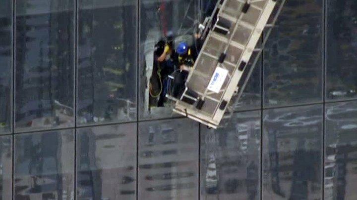 В США пожарные спасли двух человек, застрявших в подъемнике на небоскребе