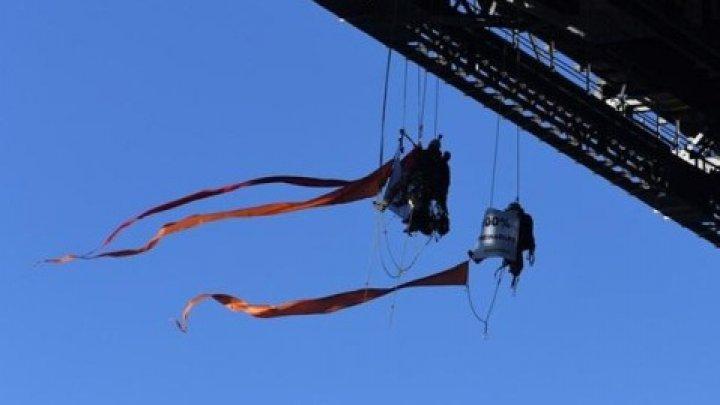 В Австралии 13 активистов Greenpeace привязали себя к мосту (видео)