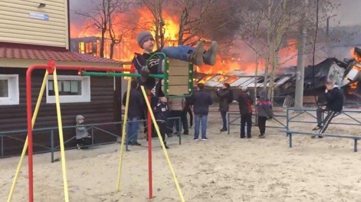 Мальчик на качелях на фоне пожара поразил сеть (видео)