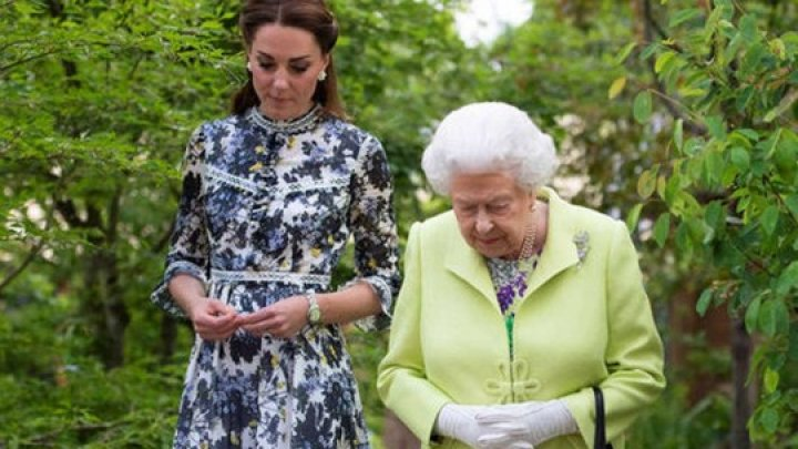 Кейт Миддлтон нарушила протокол, поцеловав Елизавету II в щеку