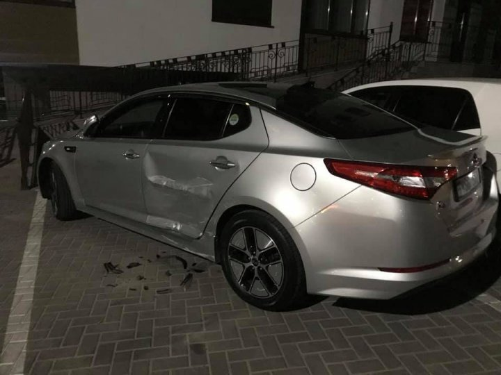 Пьяный мужчина за рулем таранил машины во дворе на Ботанике и устроил скандал полицейским (видео/фото)