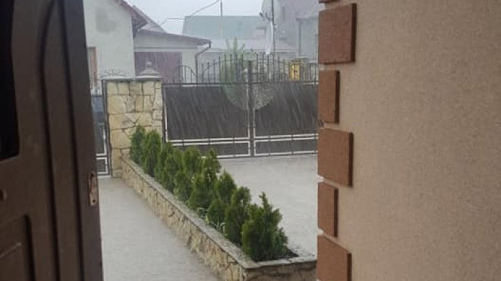 Сильный дождь с градом прошел в Единцах (видео)