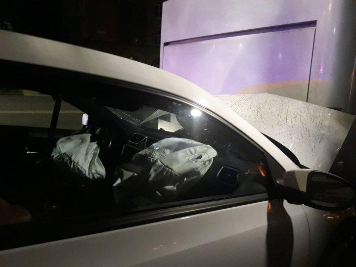 На улице Штефана чел Маре легковушка влетела в припаркваный автобус