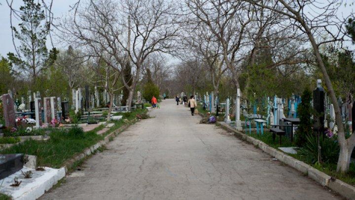 Священнослужитель: Печально, что на Радоницу люди едят и пьют на могилах