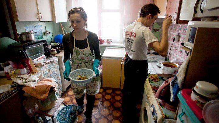 Почти половине российских семей денег хватило только на еду и одежду