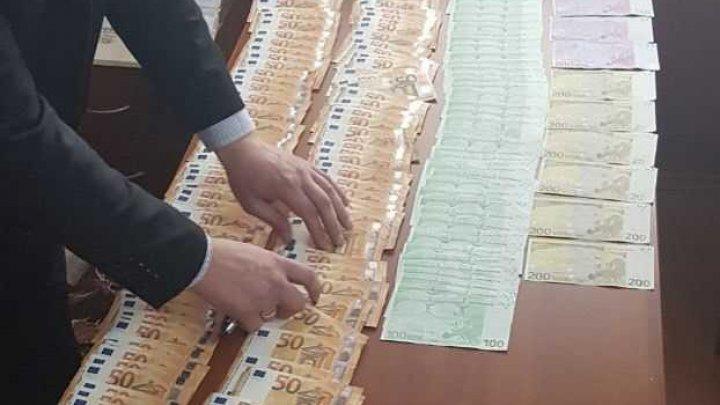 Адвоката из Тараклии задержали при получении взятки в 12000 евро