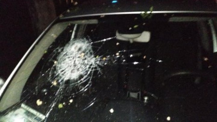 В центре Кишинева на автомобиль упала чугунная сковорода