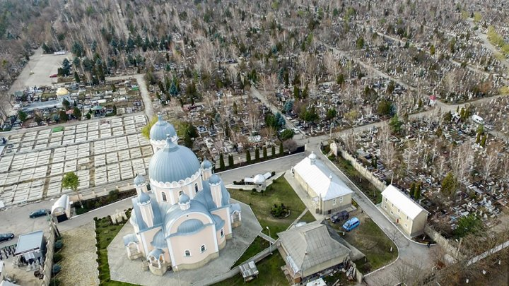 На Радоницу организовали 1500 парковочных мест вблизи кладбища Святого Лазаря