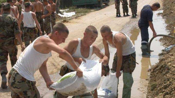 В Штефан-Водэ солдаты приступили к ремонту и укреплению дамб