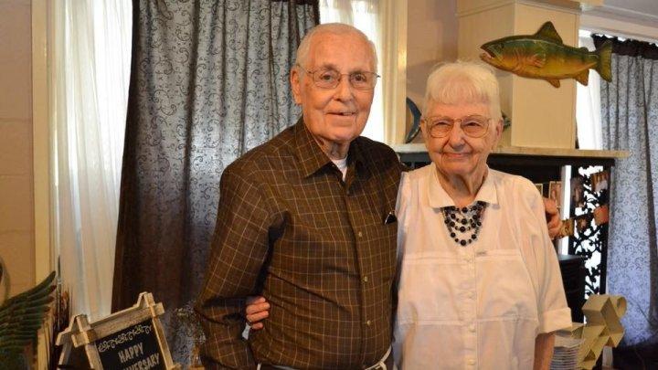 Супруги прожили вместе 62 года и умерли с разницей в 1,5 часа, взявшись за руки