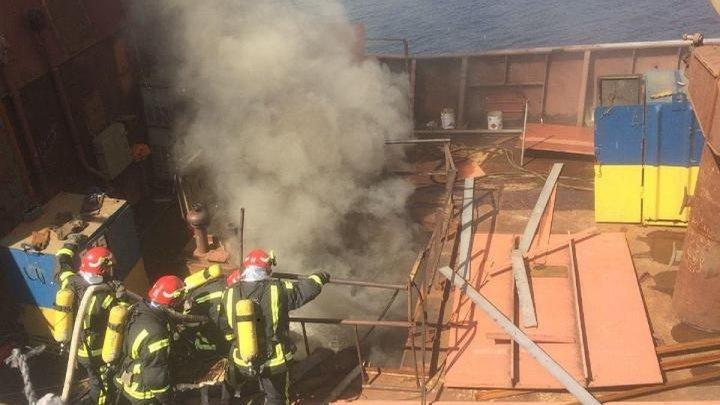 Спасатели ликвидировали пожар на судостроительном заводе в Киеве