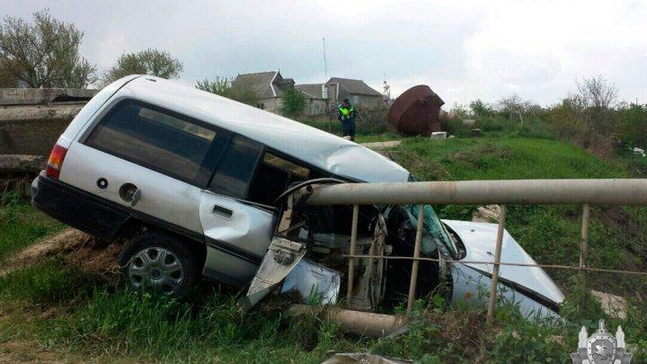 В Слободзейском районе пьяная автоледи протаранила ограждение и едва не упала в ручей