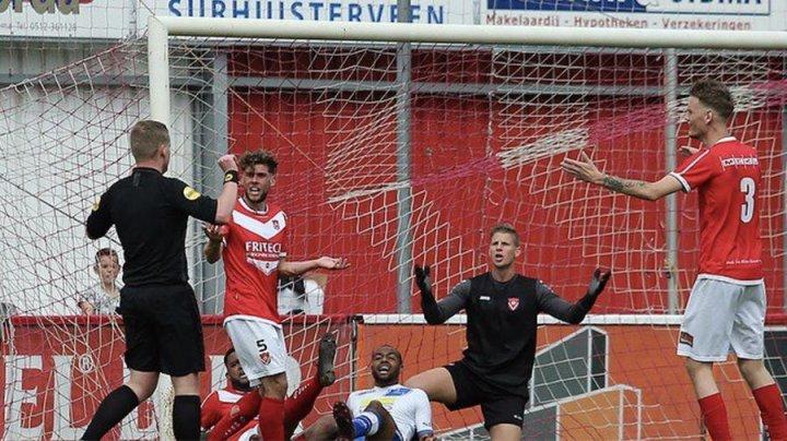 В Голландии арбитр забил гол и засчитал его