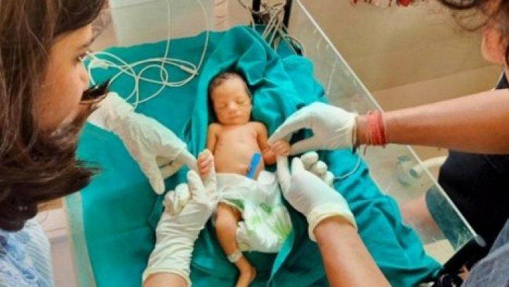 Пара с помощью Твиттера спасла новорожденного, найденного на свалке