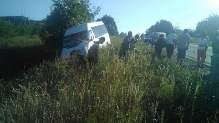 Вблизи Оргеева микроавтобус с пассажирами вылетел в кювет (видео)