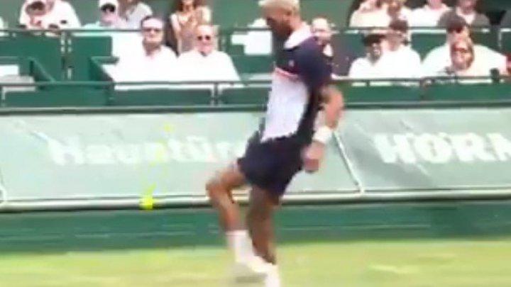 """Теннисисты бросили ракетки и перешли на """"футбол"""" прямо на корте (видео)"""