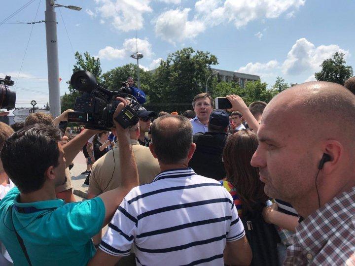 Дорин Киртоакэ набросился на Павла Филипа во время митинга на центральной площади Кишинева