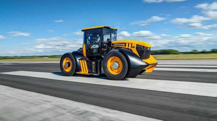 Британский гонщик разогнал трактор до рекордной скорости