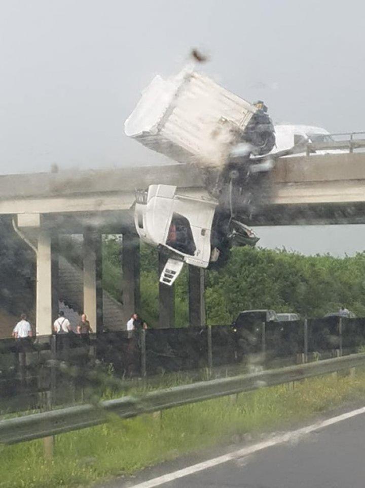 В Венгрии фура попала в ДТП на мосту и повисла в воздухе (фото)