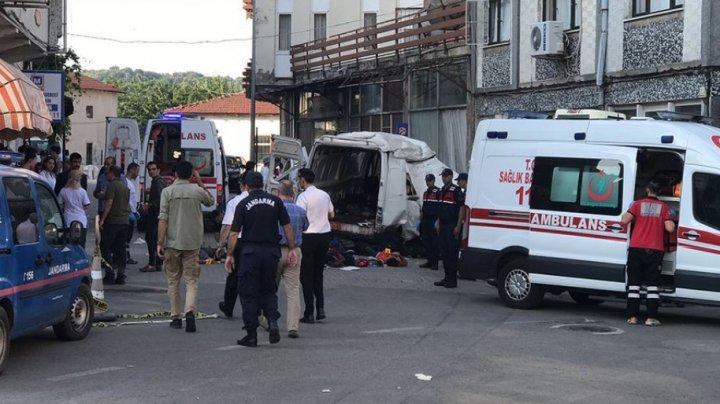 В Турции фургон с нелегальными мигрантами протаранил стену: 10 человек погибло