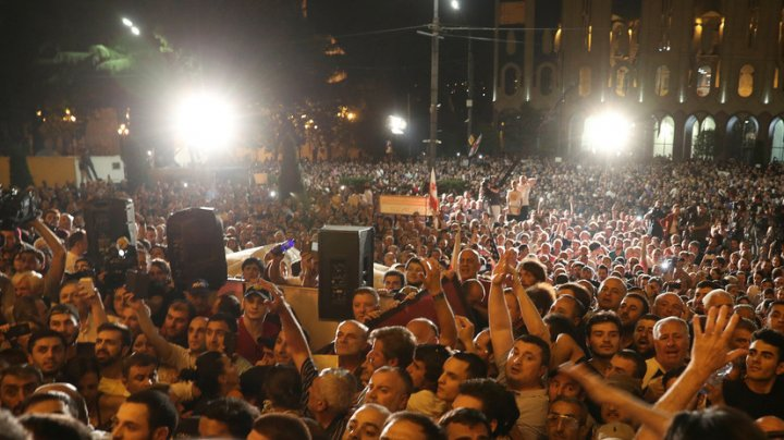 Митингующие в Тбилиси штурмуют здание парламента