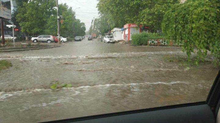 Новый удар стихии по Кишиневу: Автомобили плывут по затопленным улицам