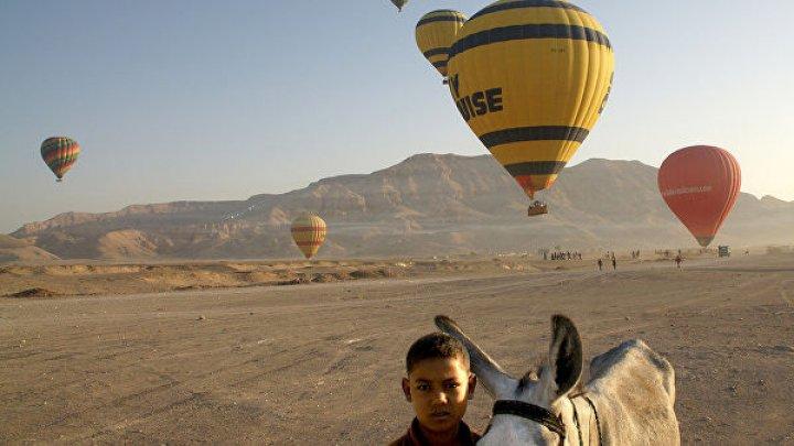 В Египте сильный ветер унес в горы воздушный шар с одиннадцатью туристами