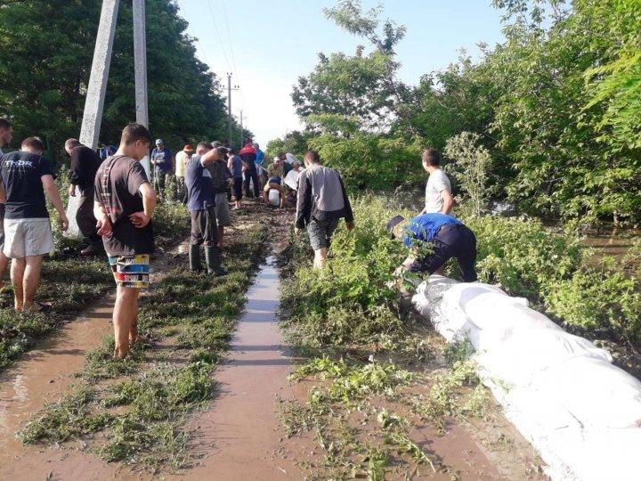 Спасатели продолжают выезды по вызовам пострадавших от ливней