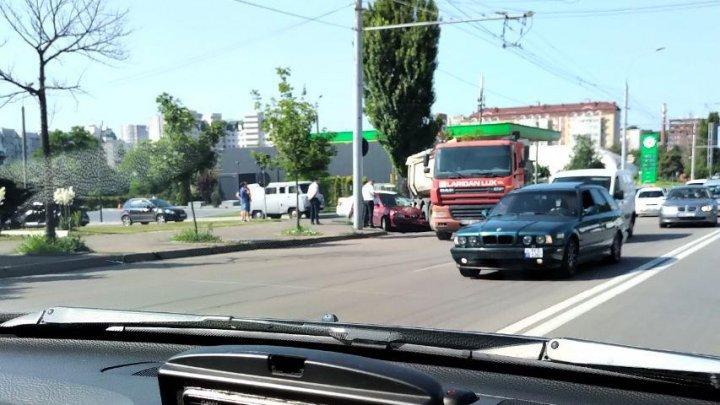 Авария в столице: легковушка влетела в грузовик