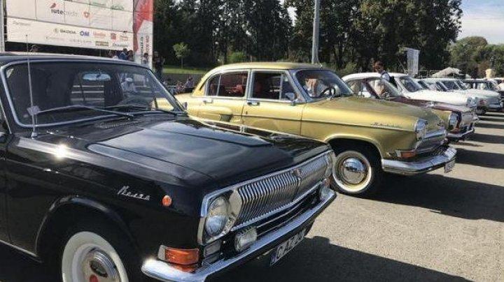 В столице проходит выставка ретро-автомобилей и мотоциклов