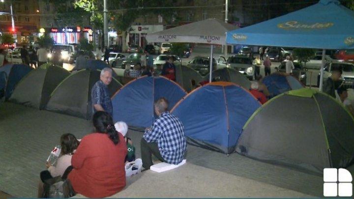 Сотни людей провели третью ночь у госучреждений, выступая против узурпации власти