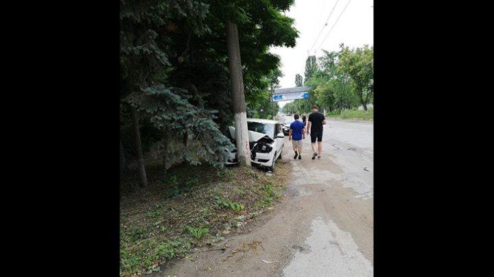 Возле бельцкой ТЭЦ легковушка на скорости врезалась в столб