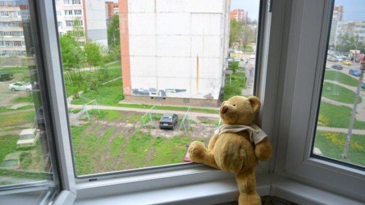 Двое детей выпали из раскрытых из-за жары окон в Москве