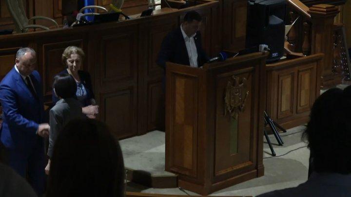 На церемонии инаугурации, Майя Санду пожала руку президенту Игорю Додону