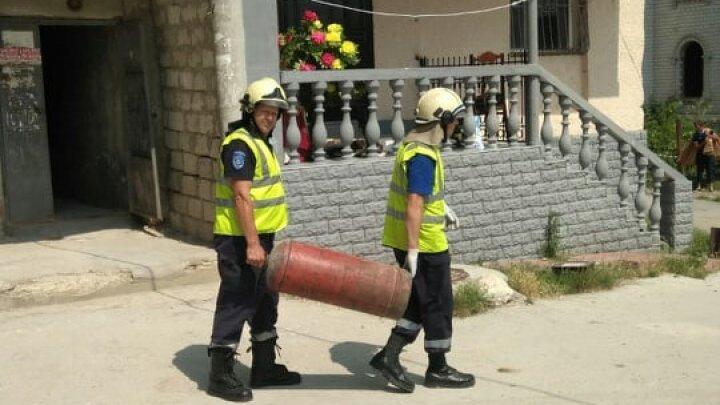 Опасность взрыва миновала: спасатели вынесли из дома в Атаках газовый баллон (фото)