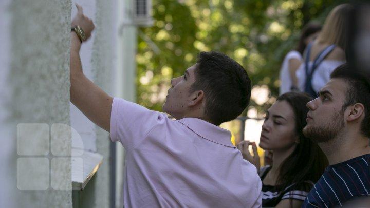Выпускники узнали результаты: Экзамены на степень бакалавра сдали 70% учеников (фотоотчет)