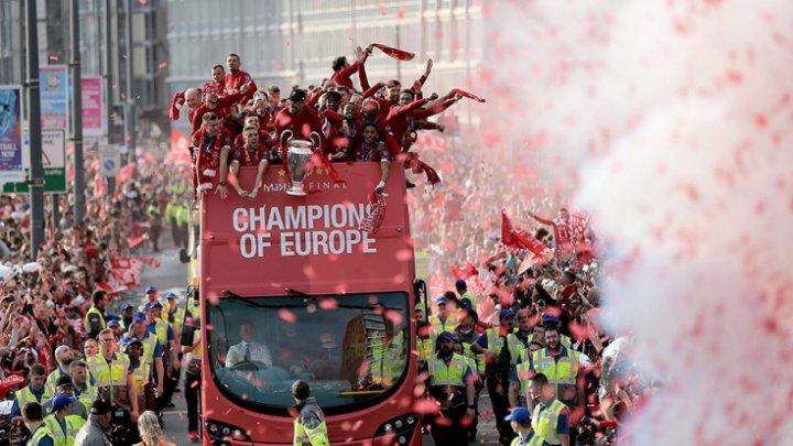 """Болельщики """"Ливерпуля"""" устроили праздничный парад"""