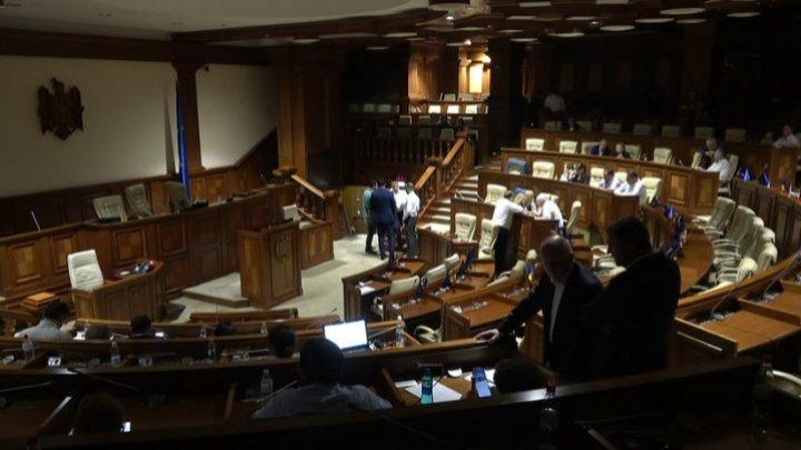 ПСРМ и ACUM собрали спецкомиссию, чтобы выбрать председателя парламента, нарушая закон