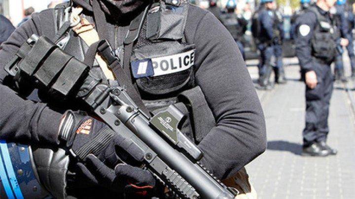 Мужчина с ножами напал на полицию в Париже
