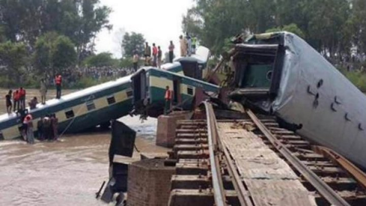 Пять человек погибли, еще 100 пострадали при сходе поезда с рельсов в Бангладеш