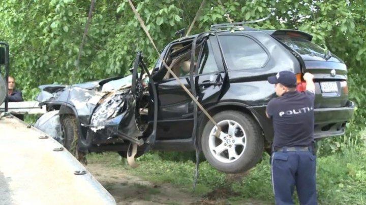 В Яловенах автомобиль врезался в дерево: в машине находились двое маленьких детей