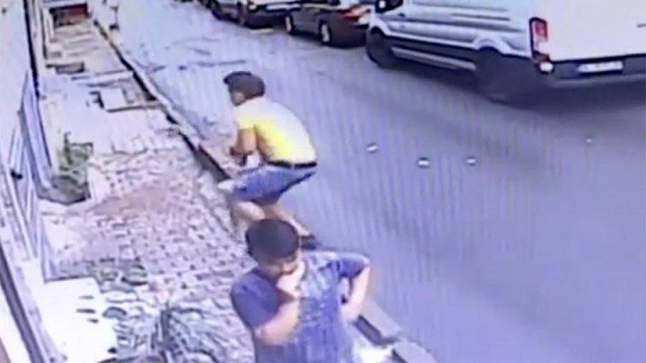 В Турции подросток поймал выпавшего из окна ребенка (видео)