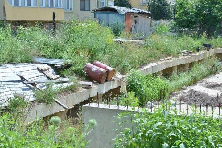 Котлован по улице Алба-Юлия - засыпят: На его месте появится парковка и детская площадка
