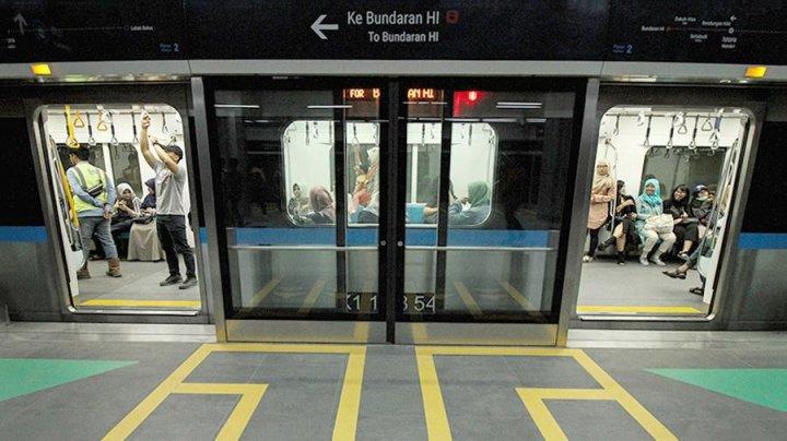 В метро столицы Индонезии ввели штраф за сидение на полу