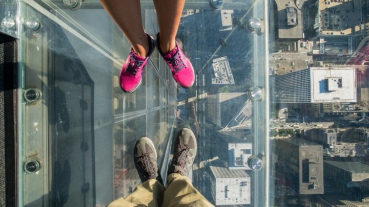 На высоте 103-го этажа: стеклянный пол аттракциона лопнул под ногами у туристов в Чикаго
