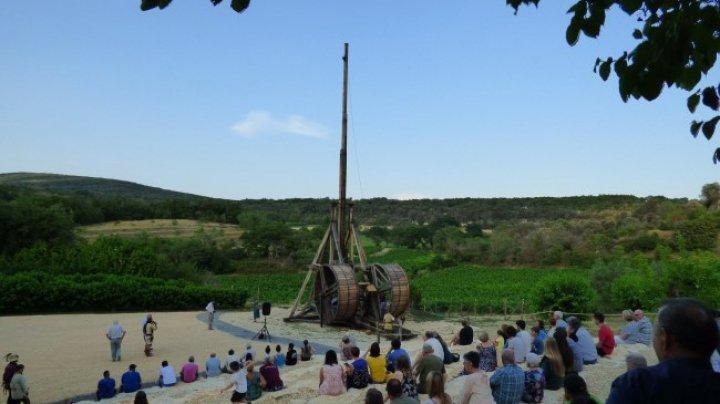 Владелец французского замка заманивает туристов метательной машиной
