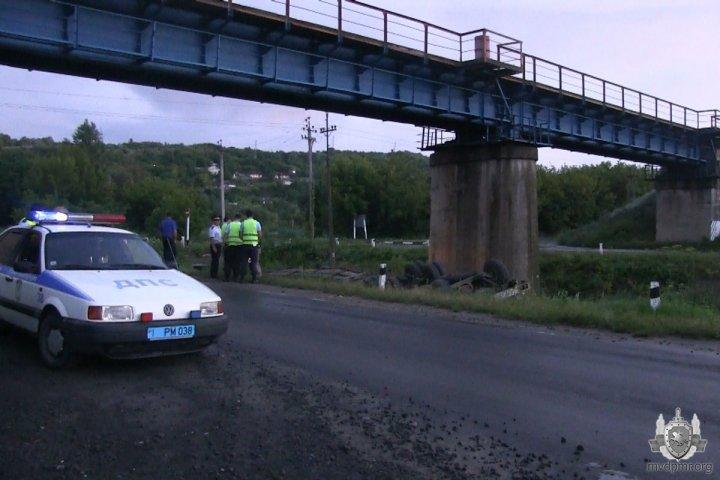 В Рыбницком районе опрокинулся большегруз (фото)