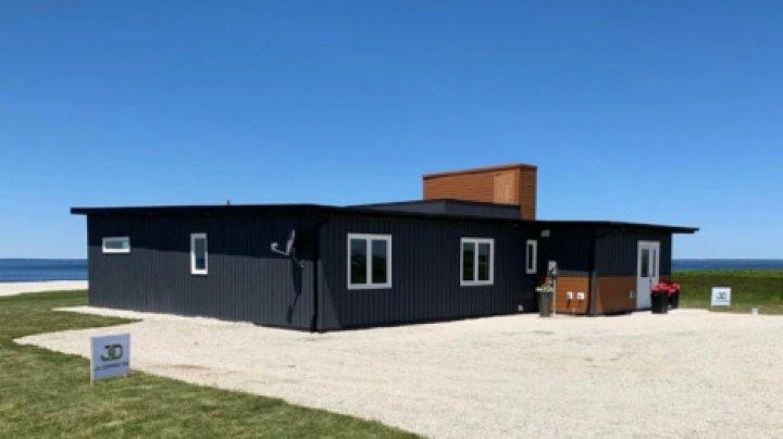 В Канаде построили антиураганный дом из 600 тысяч переработанных бутылок